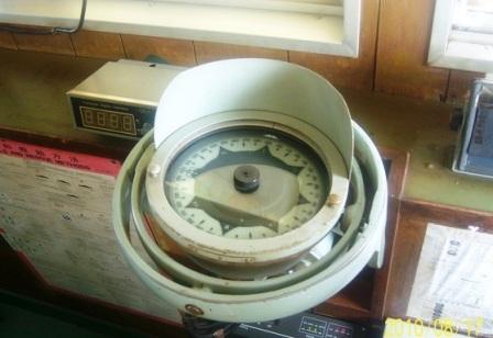 电磁控制式陀螺罗经是在两自由度平衡陀螺仪的结构上,设置电磁摆和